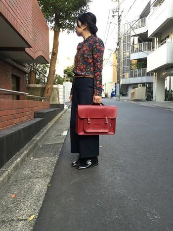個性的なさくらんぼ柄のブラウスには、赤いバッグを合わせてレトロな雰囲気に。赤と黒のみを使ったアイテムの良さが光る、大人な上級者コーデ。