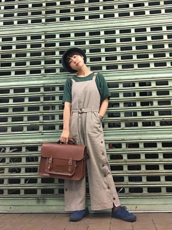 マニッシュな革の上質バックは、ボーイッシュなカジュアルスタイルもお手の物!またニュアンスカラーならアイテムの色数が多くても、全体にまとまり感が感じられますよ。