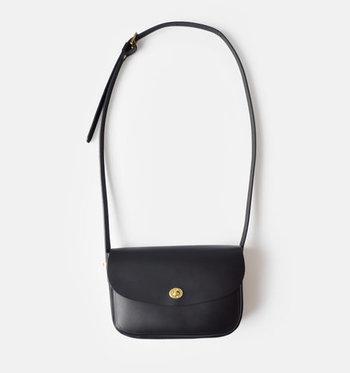 Mimiのミディアムショルダーバッグは、使う程に美しく風合いが増すレザーが印象的。優しいツヤとしっかりとした造りのレザーバッグは、シンプルだけどどこか上品でクラシカルな女性らしいバッグです。