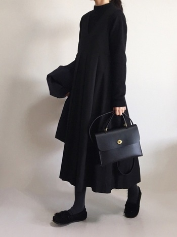 フォーマルシーンにも使える品の良さが魅力なMimi。モダンなワンピースを着こなしたオールブラックコーデの、上品なアクセントに。