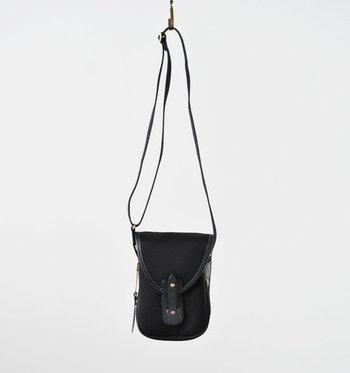 BradyのミニショルダーバッグMALVERN。見た目以上にコンパクトで、丈夫で耐久性のある生地とレザーを使ったバッグは、シンプルながら存在感たっぷりです。縦長シルエットで、スマートさと可愛らしさのある洗練されたバッグです。