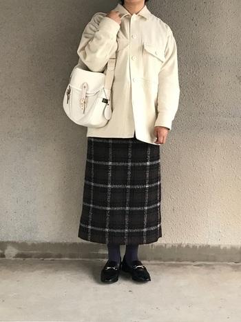 白すぎない、柔らかな白が絶妙な上質バッグ。同系色の白いジャケットと合わせて、冬の爽やかコーディネートの完成です。