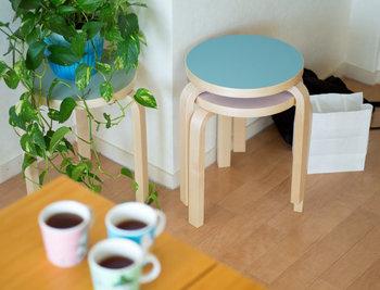 Artek(アルテック)のStool60には、春を感じられる淡い色も揃っています。使わないときはお部屋の隅に重ね置きされた姿も、絵になりきれいですね。