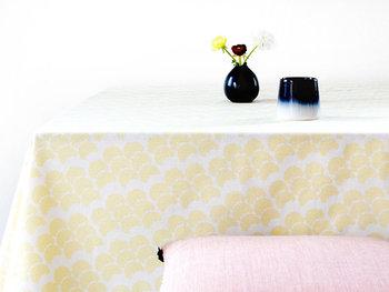 淡い黄色と白からなるモダンな柄が印象的なテーブルクロス。菜の花のような春らしい色合いで、お部屋がぱっと明るくなりますよ。 また生地が撥水加工されているので、汚れたらさっと拭けるのも嬉しいですね。