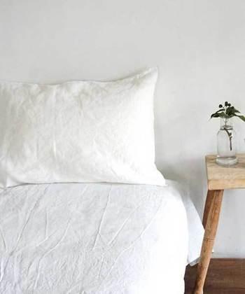 さらりと肌触りのいいfogのベッドリネン。爽やかで大人の上品なお部屋にぴったり。ニュアンスのある白いシーツは、さらりと心地よく春だけじゃなく、様々な季節で長くつかんていだけます。