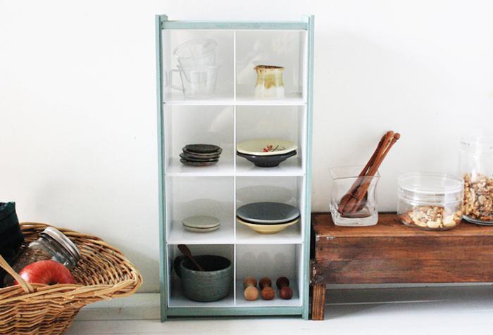 用意する材料は、ダイソーのキッチンケース、セリアの板材と工作板。 8マスの仕切りは奥行きがあり、小さめのお皿や豆皿、箸置きなどのキッチングッズの収納にもぴったり! ケースはプラスチック素材なので、木枠から取り外して丸洗いすることも可能で、お手入れも楽ちんです。