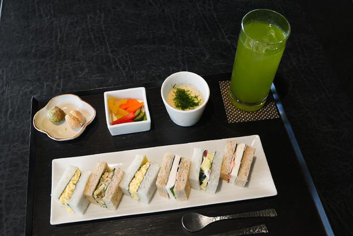 「寿月堂」でいただける和風なサンドイッチがこちらの「築地シーフードサンド」です。はんぺんと明太子、マグロとアボカド、シーフード、たまごといったサンドイッチにはお寿司屋さんで使われる「こんとび海苔」が使用されています。