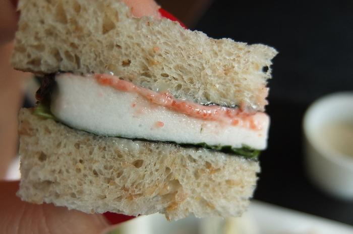 こんとび海苔の味わい深い風味とはんぺんと明太子。後を引く美味しさ間違いなしです。パンと海苔の相性には驚かされつつもサンドイッチの更なる未来が楽しみになる見事な和風サンドイッチです。