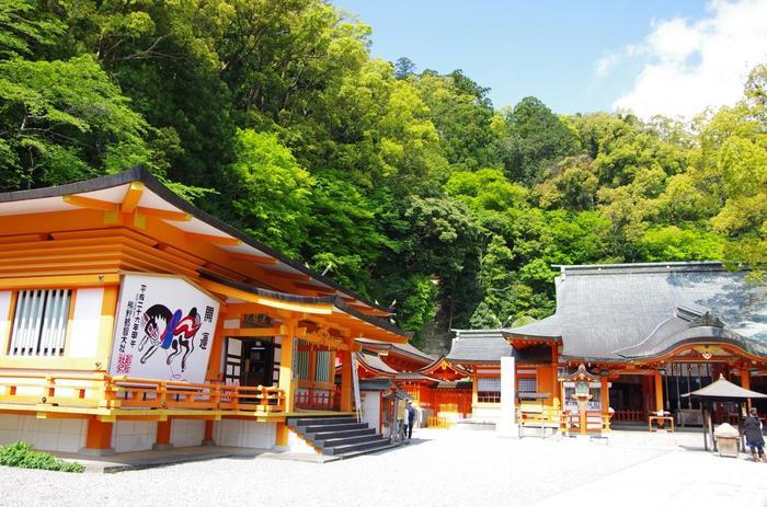 「那智の滝」に行くなら是非一緒に訪れたいのが「熊野那智大社」。 熊野夫須美大神(イザナミノミコトの別名)を主祭神とする「熊野十二所権現」を祀っています。また、神の使いで今は石に姿を変えて休んでいるといわれる八咫烏(ヤタガラス)の「烏石(からすいし)」などもあります。 八咫烏はサッカー日本代表ユニフォームに描かれていることで有名ですね。