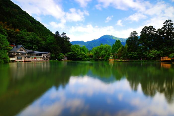 温泉以外にも、豊かで綺麗な水に恵まれていることから農業も盛んで、農園では新鮮な野菜や果物を購入することができ、牛馬の神様として有名な代将軍神社や湖畔に露天風呂のある金鱗湖など、一度は訪れてみたい素敵な場所がいっぱいです。
