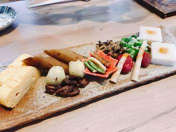由布まぶしは豊後牛・地鶏・鰻の3種類から選ぶことができ、それぞれに前菜と漬け物、薬味、赤だし汁が付いています。 そして、何といっても3種類の中で一番人気なのが、大分のブランド牛を味わえる「豊後牛まぶし」。 最初の一皿は、地元の野菜をふんだんに使った数種類の前菜からスタートです!