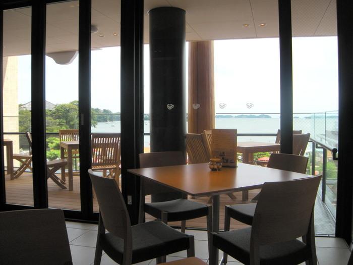 こちらは松美庵2Fのカフェフロア。松島の雄大なオーシャンビューを一望することができます。どの席からも開放的な見晴らしを楽しむことができますが、天気の良い日はテラス席がおすすめです。潮風に吹かれながらいただくランチは格別ですよ。