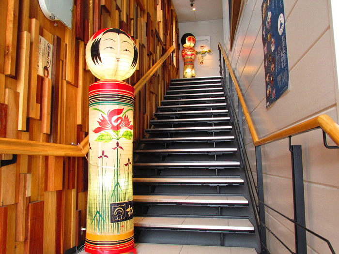 「松島海岸駅」から徒歩約8分の場所にある「松美庵」。かまぼこの名店である「松かま」がプロデュースしており、「松かま門前店」の2Fと3Fに位置しているお店です。2Fがお食事のできるカフェフロアですが、3Fのバルコニーでも、2Fでオーダーしたドリンクとフードをいただくことができます。お店の入り口に到着すると、宮城の名物であるこけしがお出迎えしてくれますよ。