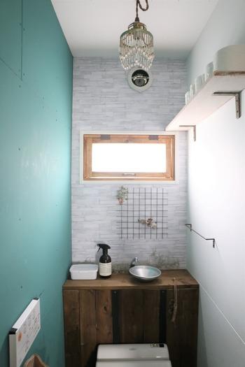 一面だけブルーグリーンのトイレは、爽やかなアクセントになって心が明るくなりそう!画像のトイレではペンキを使っていますが、最近では100均に簡単にイメージチェンジができるリメイクシートが売っていたり、小さなスペースから気軽にアレンジしてみませんか?