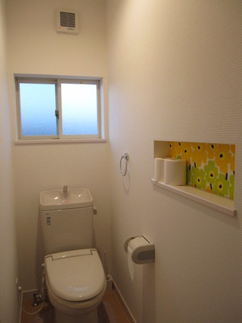トイレのニッチには、ワンポイントになる黄色とグリーンのマリメッコ柄をプラスしてみましょう。シンプルなトイレの、明るく優しいアクセントに。