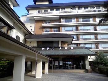 観光地である松島には、素材にこだわった贅沢なランチをいただくことができるホテルがあります。こちらの「ホテル大観荘」は、松島を代表する有名ホテル。松島海岸駅から徒歩約15分の場所に位置しています。1時間に1本程度、駅からのシャトルバスも運行しているので、時間が合えば利用するのがおすすめです。