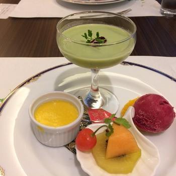 ランチコースは、最後のデザートも楽しみの一つ。まるでフランス料理のような繊細な盛り付けで、目にも美味しいランチを堪能できます。
