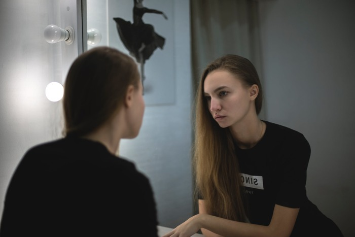 夕方一段落して、鏡を見ると…疲れた自分の顔にびっくりしたことはありませんか?夕方になるにつれ、汗や皮脂汚れ、乾燥、血行不良などで、どうしても1日の疲れが顔に表れてしまいがち。