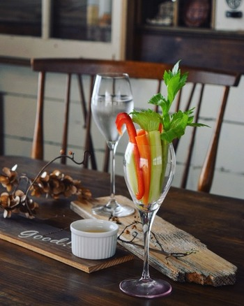 おしゃれな食卓を演出できるのでたくさん集めたくなりますが、型がたくさんあるとかさばってしまい、収納が大変です。  お気に入りのワイングラスを、躊躇なく使えるよう、出し入れしやすいワイングラスの収納を考えてみませんか?
