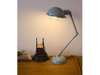 プラスライト:60W もう少し明るさが欲しいときに、デスクランプをプラス。パソコンや読書など、目を使う作業をする場所に置くのがおすすめです。