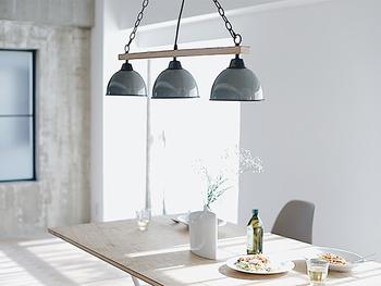 メインライト:180W ダイニングテーブルなどを照らすのに最適な、3灯のペンダントランプ。一つの電球で照らすよりも、光が拡散されて広く明るくなります。ナチュラルなインテリアにぴったりです。