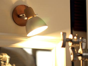 プラスライト:60W 壁掛けとしても、テーブルに置いても使えるライト。コンパクトながらしっかりと明るく照らすので、少し明るさが足りないスペースに最適です。