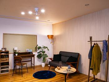 上部とシェードの隙間から光が漏れ、眩しくない優しい光で部屋を照らすことができるフロアライト。木の素材は温かみが感じられます。
