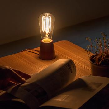 レトロなランプの形をしたライトは、個性的ながらもどんなインテリアにも馴染むデザインです。デスクやベッドサイドに置いて、夜にゆっくりと読書を楽しむのはいかがでしょう。