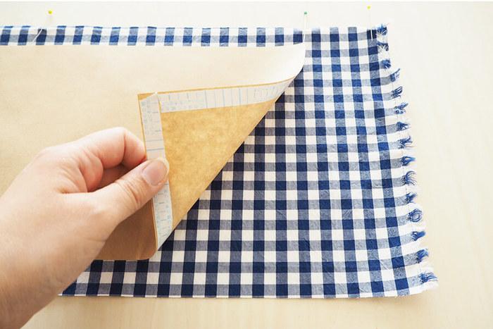 お好みの布に両面テープを貼った紙を使って作ります。この方法なら簡単に作れそう!ぶきっちょさんも是非トライしてみてくださいね。可愛いブックカバーで至福の読書タイムを楽しんでみては♪