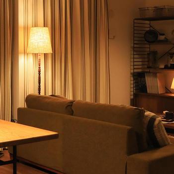 A:電球色を選ぼう。選ぶ電球の種類でお部屋のイメージはガラリと変わるので要注意! オレンジ色の光の電球色を選ぶと、温かみのある部屋になります。太陽の光に近いのは昼白色で自然で明るい色合い、昼光色は青みがかった光になります。