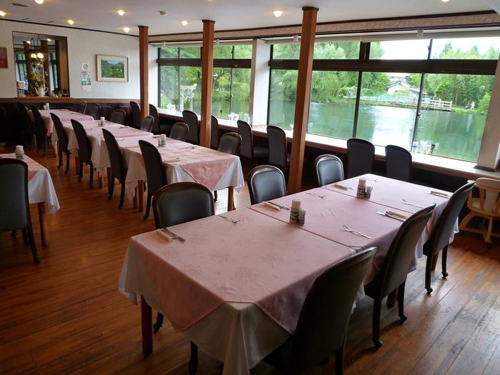 湯布院随一の観光スポットとして知られる金鱗湖の畔にある「レストラン洋灯舎」では、大分県産食材を使った洋食をリーズナブルに楽しむことが出来ます。また、こちらのおすすめは景観。特に窓際のカウンター席は、金鱗湖が間近に眺められるということもあり人気の席となっているので、事前予約がおすすめです!