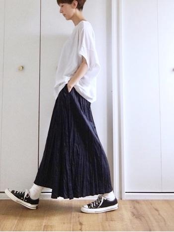 シンプルな白Tはネイビーと相性最高!くしゅっとしたプリーツロングスカートを合わせた、ルーズなシルエットが夏らしくて可愛いですね。 白ソックスとコンバースで足元にもアクセントを。