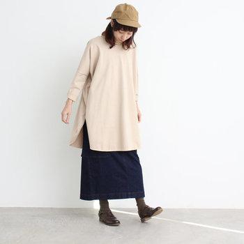 ネイビースカートの着こなしのポイントは「季節感」を取り入れること。特に色のチョイスは重要です。各シーズンらしい色味のアイテムを合わせれば、一枚のネイビースカートを365日輝かせることができます! ベージュなどの淡い色はアウターやトップスに持ってくるとまとまりが出て、普段遣いのナチュラルコーデにもぴったり。 レッドのような華やかな色はトップスにするとやや強すぎるので、バッグやアクセサリーなどで差し色にすると可愛いですよ。