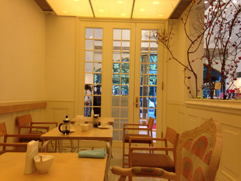 創業1982年と長い歴史を持つ『マールブランシュ』は、京都では有名な洋菓子店の1つ。京スイーツの定番ともなっているマールブランシュのお濃茶ラングドシャ「茶の菓」は、国内だけではなく海外の旅行客からも大人気なんですよ!