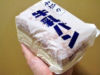 各所で製造されている「牛乳パン」ですが、中でも人気でよく知られているのが、松本市の老舗パン屋「パンセ小松」のものです。 パンセ小松は、創業大正11年の老舗店。今もなお市民に愛され、甘いパンから食事系パンまで100種類以上ものパンを製造販売しています。