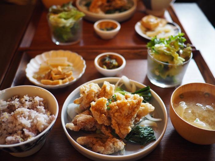 ランチでは、副菜・サラダ・十五穀米・汁物がセットになったお肉とお魚の週替わり定食の他、煮込み系メニューもあります。お料理は、どれも素材の旨みを活かしたやさしい味付け。調理法にこだわっていて、栄養満点です。(平日はドリンク付き)
