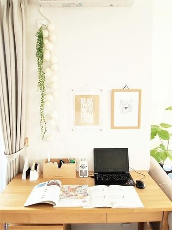 壁向きのレイアウトは、壁に収納棚をつくったり、気分が上がるお気に入りの雑貨を飾ったりとプライベート感を演出できるのがメリット。仕事の資料や道具などを取り出しやすく収納しておけば、作業がサクサク進みます。