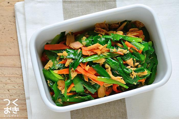 ツナ、ニラ、にんじんの簡単炒め物レシピ。味付けも材料もシンプルですが、それぞれの旨味がいい感じに交わって、ご飯のお供にぴったりの一品に。
