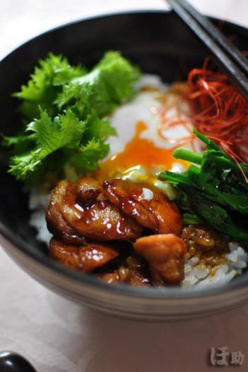 鶏もも肉に絡ませた甘めのにんにく醤油、出し汁をかける塩炒めのにら。玉子は温泉卵に。男性も大喜びなひと皿、いえ、丼です♪