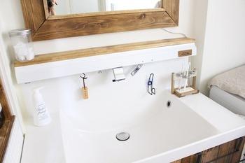 洗面台にはできるだけモノを置かず、シンプルにまとめると使いやすく。こちらのお宅では、洗面台の周辺に洗面用品を収納する定位置をつくっています。