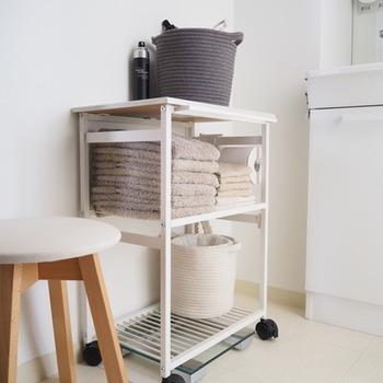 洗面所は広さがなく、限られた空間を有効に使えるかが快適さの鍵になります。そこで取り入れたいのが、ワゴン式の収納棚。必要であれば、一時的に別の場所に移動できるため、空間を有効活用できます。