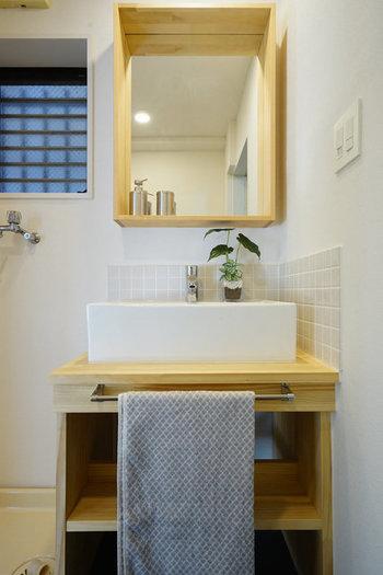 洗面所を心地良くするポイント、ひとつ目は「清潔感」です。  水まわりは、ほっておくとすぐに汚れが溜まりやすい場所。きれいを保つためものを減らして、掃除のしやすい環境にしておきましょう。