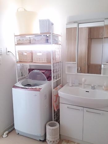 白でまとめられたインテリアで、明るく仕上げた洗面所。生活感の出やすい場所ですが、見せる収納と隠す収納が上手く使い分けられています。