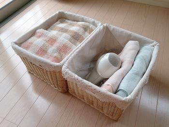 オープン棚や洗面台まわりには細々としたものが増えがち。そんな時には、バスケットなどにまとめて収納するのがおすすめです。
