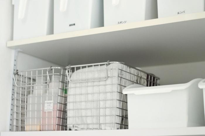 生活感のあるアイテムが増える洗面所で心掛けたいのが、物を「厳選する」こと。扉付の収納がない場合は、こちらのお宅のようにカゴやボックスを使った「隠す収納」を上手に取り入れましょう。