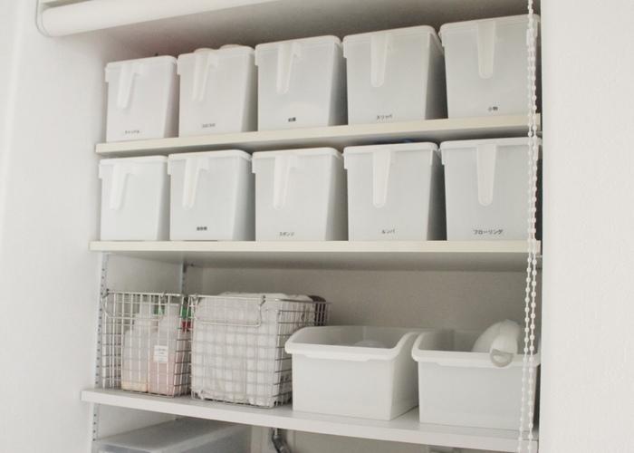 設置可能であれば、洗面所には大容量の収納棚があると便利。家族のものをカテゴリー分けしてしっかり管理できます。誰が見ても中身が分かるように、ボックスにはラベリングしておくと使いやすくなります。