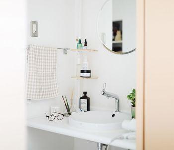 小さな洗面所でも、コーナーラックなどを使って高さを利用すれば収納場所が増えます。洗面台の周りに、モノが増えない工夫をしましょう。