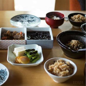 現代人の食生活では、5色の食材のうちどうしても過剰になりがちなものと、不足しがちなものがあります。摂り過ぎの傾向なのは、パン・ご飯など炭水化物の『白』や、肉類の『赤』。不足しやすいのは緑黄色野菜の『緑』や海藻類に多い『黒』です。5色の食材を揃える中でも、『緑』や『黒』はなるべく多めに摂るよう心がけることが大切です。