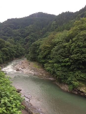 秩父三大神社の1つ「三峯神社」近くの道の駅、「大滝温泉 遊湯館」。施設の対岸には、自然木が豊かな山並みが迫り、眼下にあるのは荒川の清流。奥秩父の自然を堪能できる絶好のロケーションがとても贅沢です。