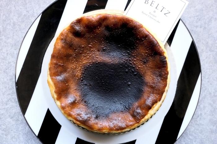 黒焦げの表面とふわトロの中身にこだわった「BELTZ(ベルツ)」のバスクチーズケーキは、とろけるおいしさ。岩塩やブラックペッパーをかけてワインとともに楽しむのもおすすめです。サイズは、直径7cmと12cmの2種類から選べます。